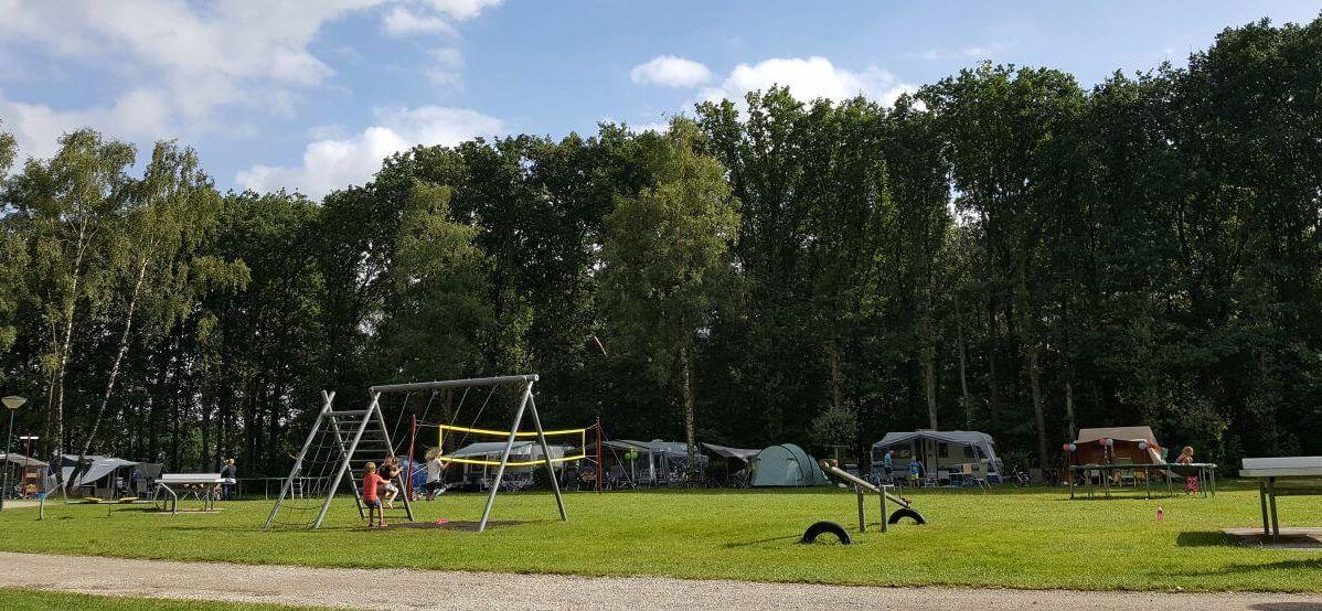 Camping de hooghe heide veld schommel tenten caravans blauwe lucht wolk