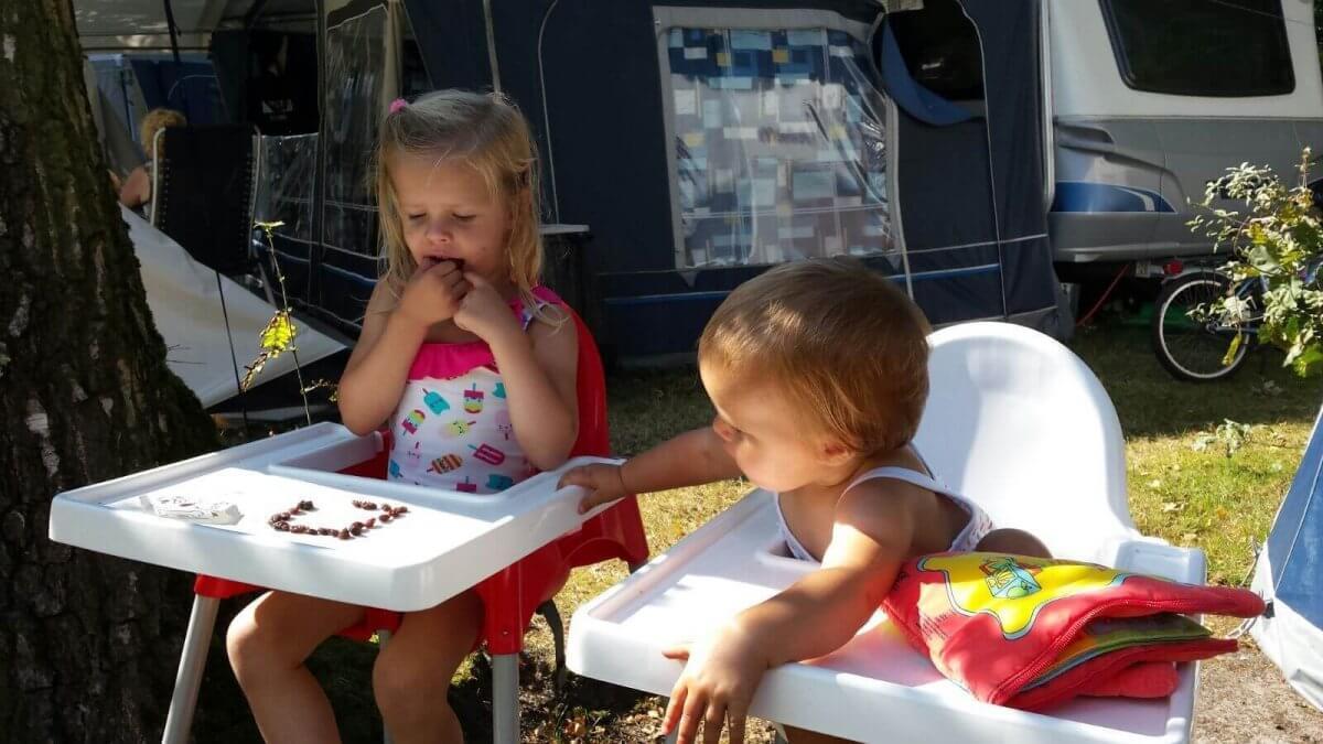 Kinderen in kinderstoel op kindercamping