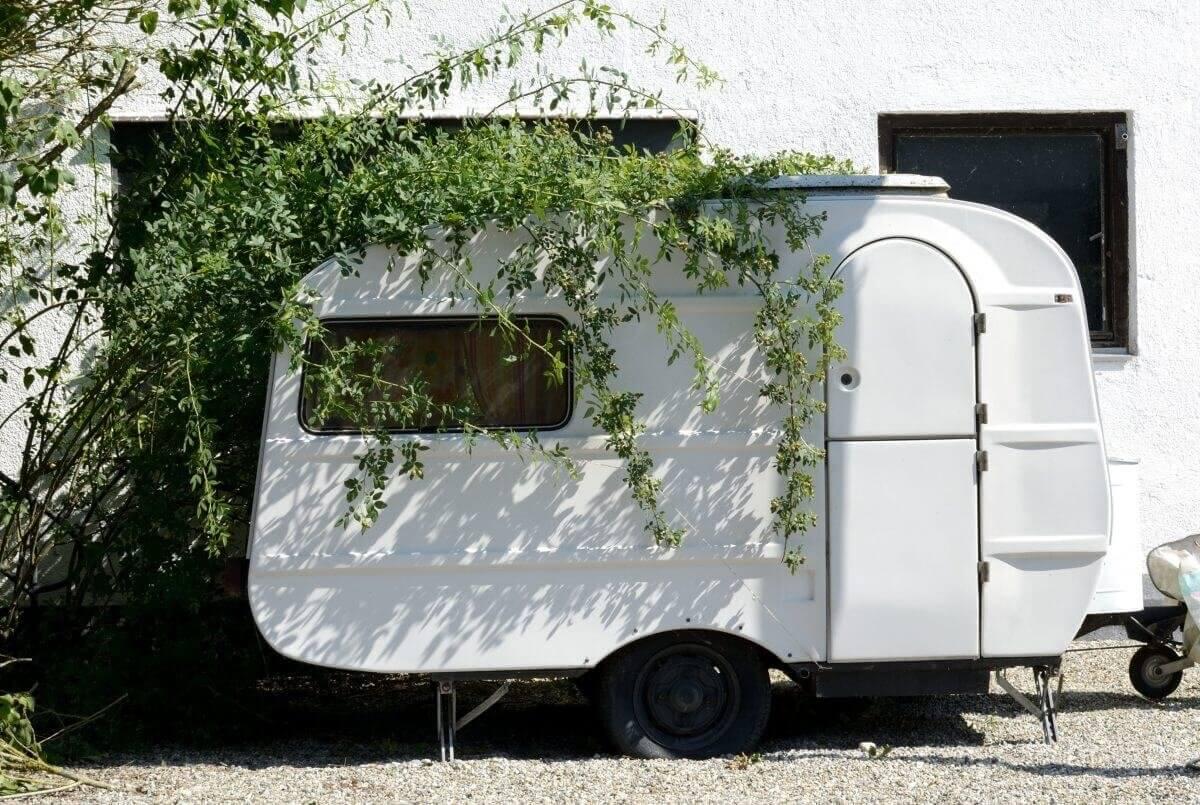 Witte tweedehands caravan