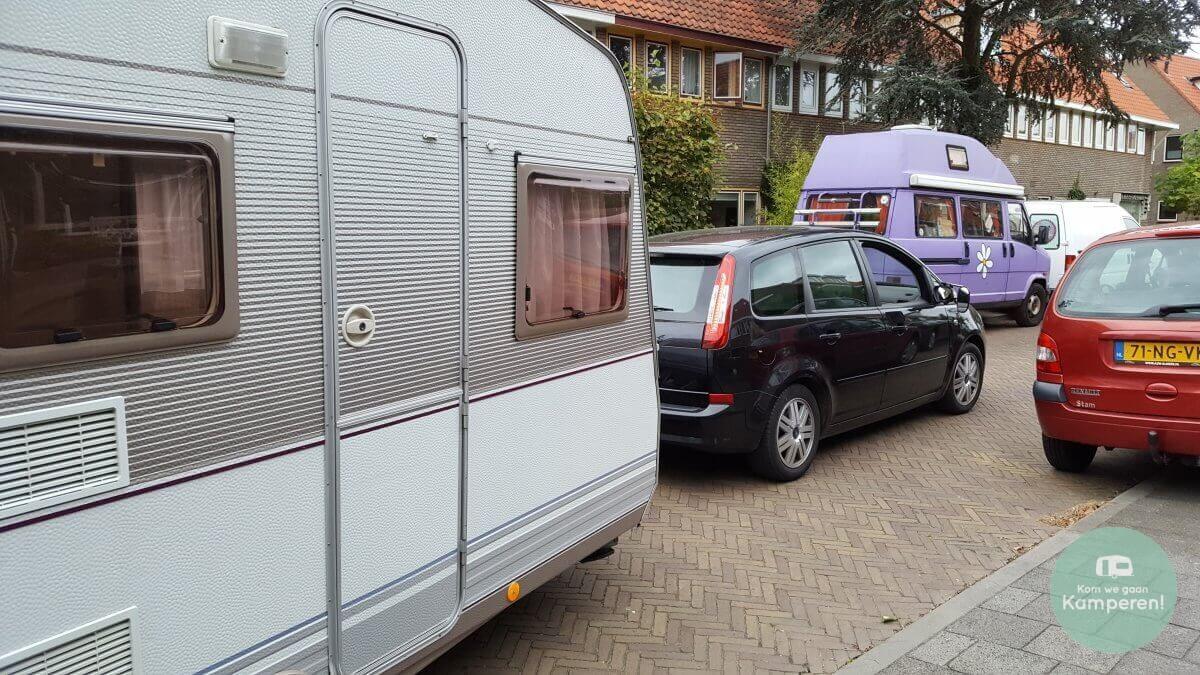 Caravan achter auto in straat
