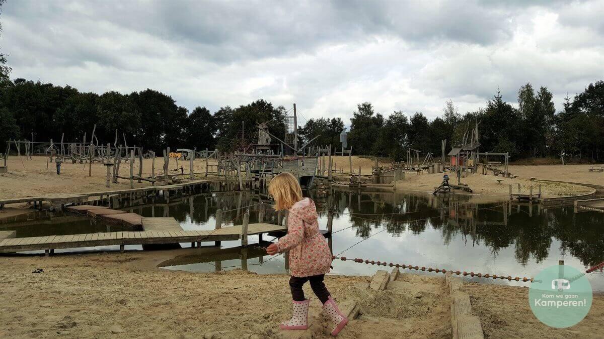 Zandvlakte met speeltuin