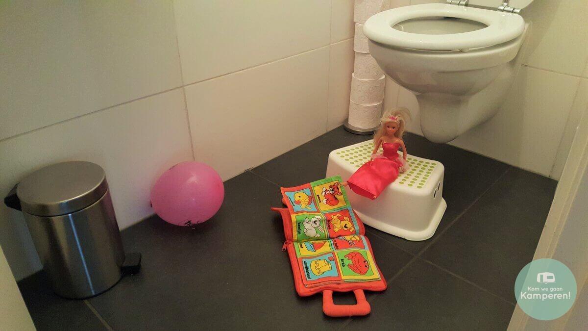 Weg met speelgoed op de grond