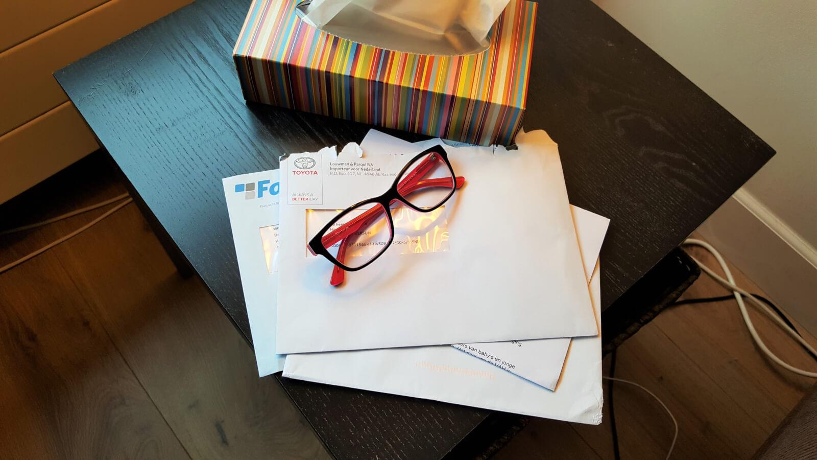 Post op tafeltje met bril