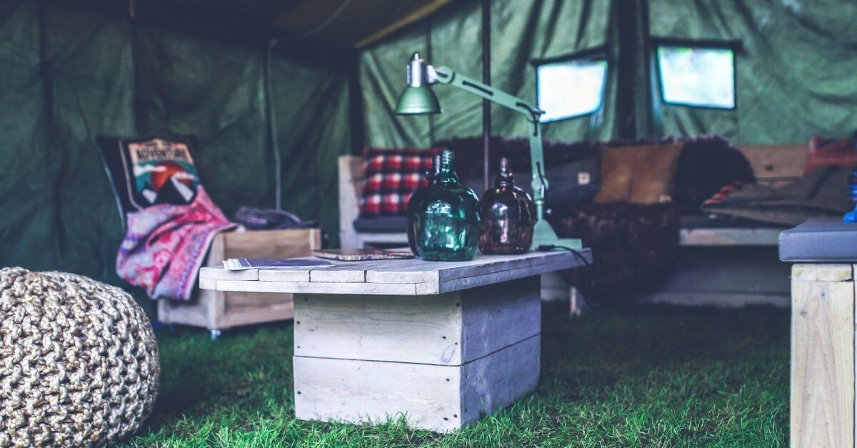 glamping Tent ingericht met steigerhouten meubels
