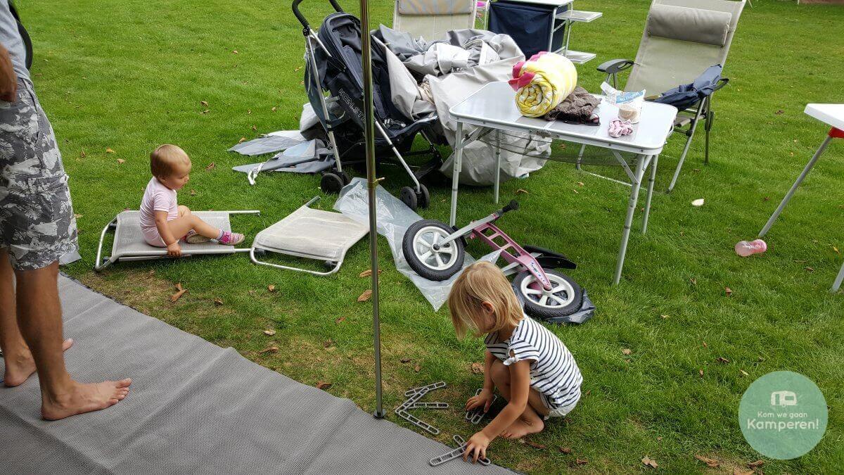kampeermama Kinderen voor voortent chaos