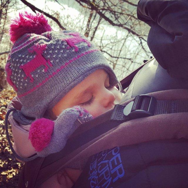 Slapen op de rug bij papa Deze jongedame slaapt echthellip