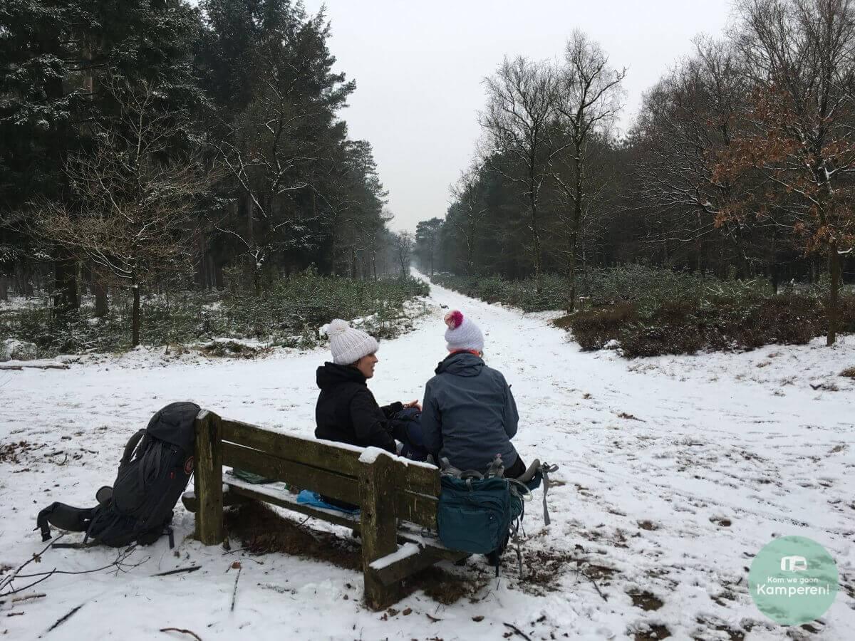Hiken backpack trekkershut sneeuw pauze