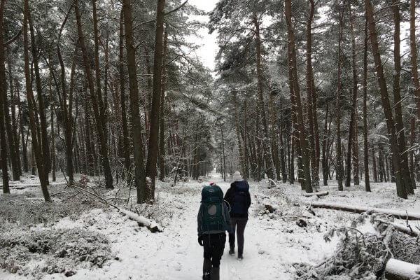 Hiken backpack naar trekkerhut door de sneeuw