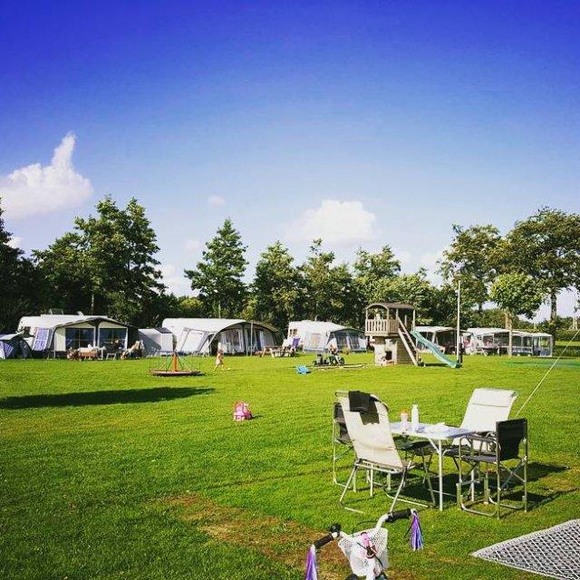 WE ZIJN WEER AAN HET KAMPEREN!!! Camping kamperen komwegaankamperen blueskyhellip