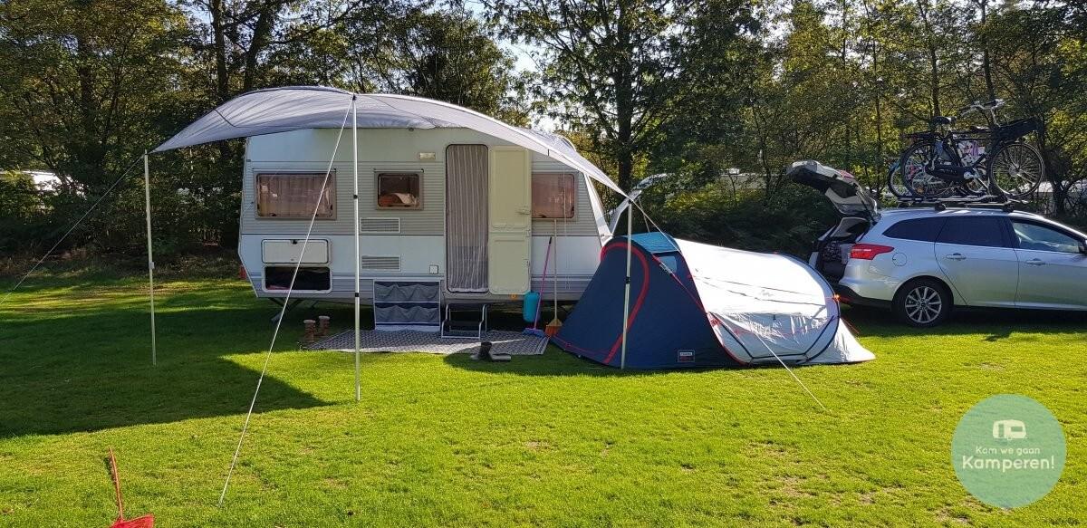 Fresh & Black tent naast caravan
